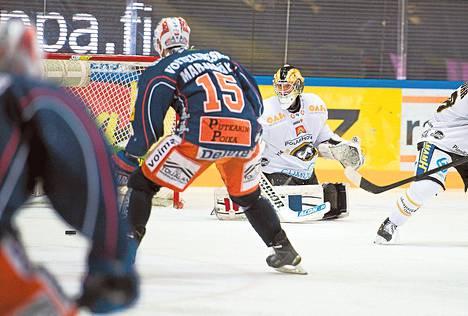 Masi Marjamäki ratkaisee ottelun Iiro Tarkin torjunnan jälkeen.