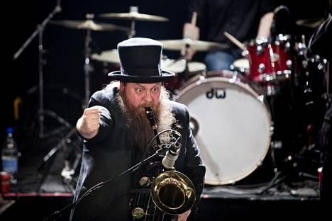 """Jarno """"Stakula"""" Sarkula oli Alamaailman Vasarat -yhtyeen johtohahmo. Kuva yhtyeen keikalta Virgin Oil Companyssa vuonna 2012."""