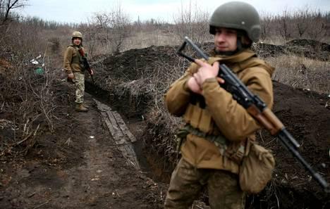 Ukrainalaisia sotilaita partioi eturintaman läheisyydessä Donetskin alueella huhtikuun alussa. Jännitteet Venäjän ja Ukrainan välillä ovat kiristyneet alkuvuoden aikana.