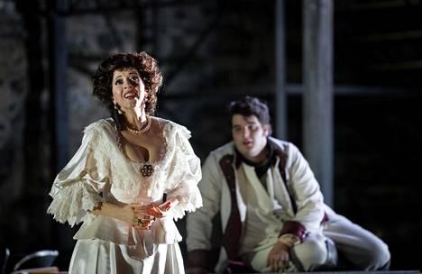 Lisette Oropesa esittää Rosvot-oopperassa huono-onnista Amaliaa, Claudio Pellegrini opiskelijaa.