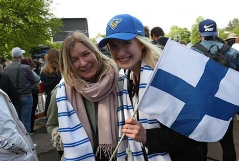 Janette Pitkänen (vas.) ja Iris Larmi saapuivat Kaisaniemen puistoon jo reilusti ennen kuin portit varsinaiselle tapahtuma-alueelle avautuivat kello 18.