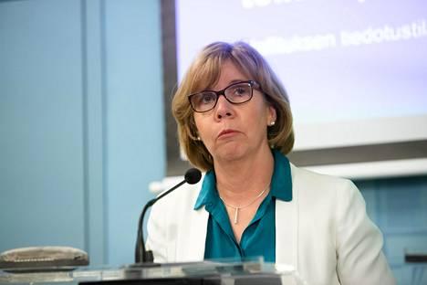 Oikeusministeri Anna-Maja Henriksson 16. maaliskuuta tiedotustilaisuudessa, jossa kerrottiin, että Suomessa vallitsevat hallituksen mukaan koronaepidemian takia poikkeusolot.