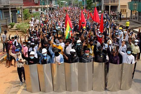 Ihmiset kokoontuivat osoittamaan mieltä sotilasvaltaa vastaan Dawein kaupungissa Myanmarin eteläosassa launtaina.
