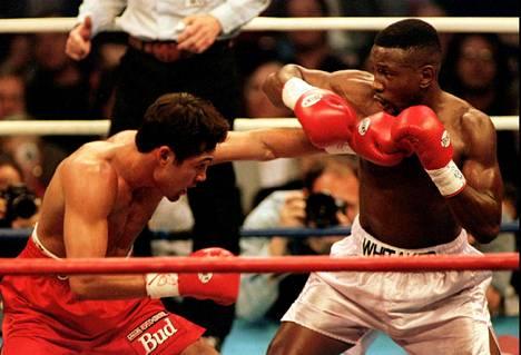 Pernell Whitaker (oik.) maailmanmestaruusottelussa Oscar De La Hoyaa vastaan keväällä 1997. De La Hoya voitti ottelun.