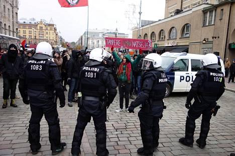 Vastamielenosoittajia pyrki kohti uusnatsien mielenosoitusta.