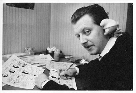 Piirtäjä Peyo työpöytänsä ääressä. – Sarjakuvakirjan kuvitusta.