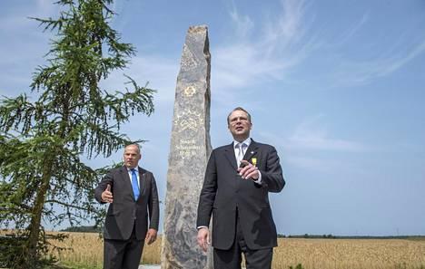Latvian puolustusministeri Raimonds Bergmanis (vas.) ja Suomen puolustusministeri Jussi Niinistö jääkärien patsaan paljastustilaisuudessa maanantaina.