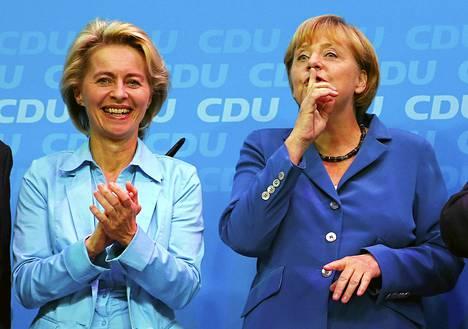Ursula von der Leyen nousee Saksan ensimmäiseksi naispuoliseksi puolustusministeriksi. Von der Leyen kuvattiin líittokansleri Angela Merkelin kanssa syyskuussa.