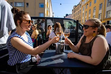 Kello 16.18 Outi Vaarala (vas.) ja Sabrina Somersaari skoolasivat Bar 10:n terassilla Kalliossa.