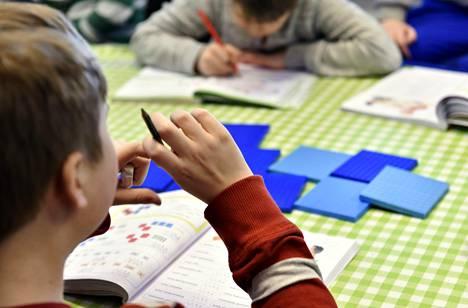 Matematiikan tunti peruskoulussa Helsingissä.