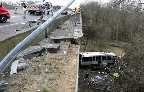 Viisi ihmistä kuoli ja useita loukkaantui kun Puolaan rekisteröity bussi ajautui ulos rampilta lähellä Ranstia Belgiassa sunnuntaina.