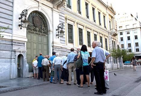Kreikkalaiset jonottivat pankin edessä Ateenassa heinäkuussa 2015, kun tieto eräiden hallitusten jäsenten suunnitelmista siitä, että Kreikka olisi siirtynyt omaan valuuttaan, oli tullut julki.