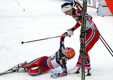 Tour de Skin voittanut Marit Björgen onnitteli toiseksi sijoittunutta Therese Johaugia.