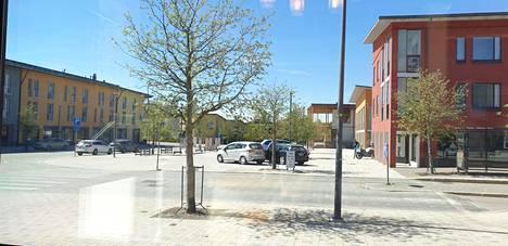 Pekka Tuominen kuvasi toukokuussa Kauklahdessa aukiolle pysäköityjä autoja. Lähimmät lailliset pysäköintipaikat löytyvät aukion laidalta.