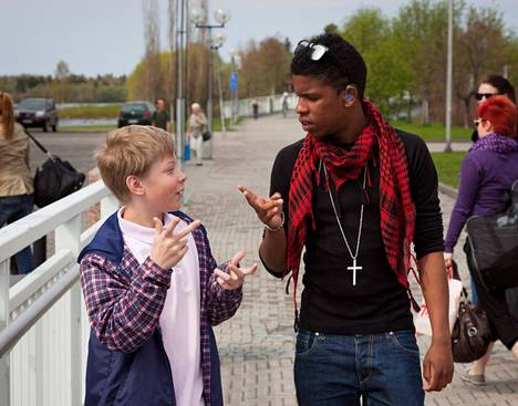 Eelis Seilomaa (vas.) käyttää kuulokojetta. Kolumbiassa syntyneelle Juha Peltomaalle leikattiin Suomessa sisäkorvakuulokoje. Molemmat käyttävät edelleen myös viittomakieltä.