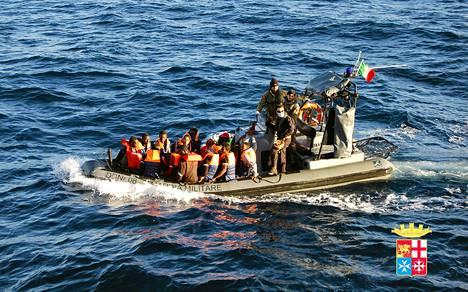 Italian laivasto pelasti 233 ihmistä salakuljettajien veneestä.