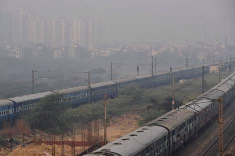 Näkymä Intian pääkaupungin Delhin koillispuolella sijaitsevasta Ghaziabadista maanantaina. Perjantaina Delhin alueelle julistettiin hätätila vaarallisen huonon ilmanlaadun vuoksi.