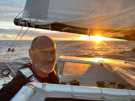 Ari Huusela nautti auringonlaskusta maanantaina Atlantilla lähettämässään kuvassa.