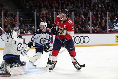 Aleksander Barkov hätyytteli Winnipeg Jetsin maalia Helsingissä 1. marraskuuta pelatussa NHL:n runkosarjan ottelussa.