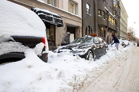 Autoja sai kaivaa hangesta ympäri Helsinkiä lumimyräkän jälkeen.