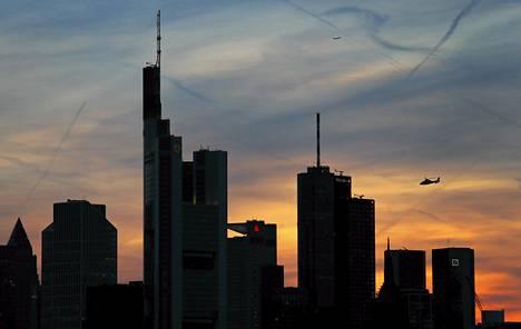 Pelastushelikopteri lensi Frankfurtin yllä maanantaina alkuillasta. EKP:n johtokunta kokoontuu Frankfurtissa keskiviikkona.