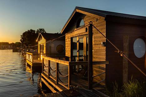 Porvoon kelluvat jokimajat ilta-auringossa Porvoon jokirannassa.