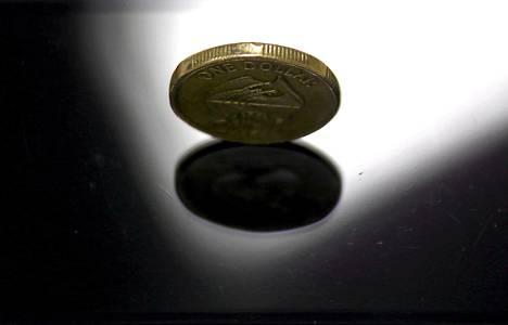 Australian yhden dollarin kolikko Sydneyssä keskiviikkona. Australian dollari vahvistui taas keskiviikkona, sen jälkeen, kun se oli matalimmillaan kuuteen vuoteen tiistaina.