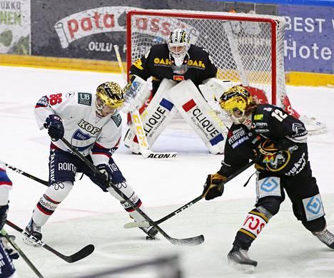 IFK:n Erik Thorell ja Kärppien Ville Leskinen kamppailivat kiekosta lauantain liigakohtaamisessa.
