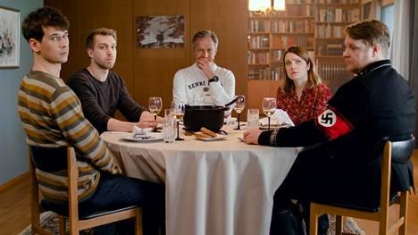 Sunnuntailounas-komediasarjan päärooleissa nähdään isää esittävä Taneli Mäkelä (kesk.) sekä hänen lapsiaan näyttelevät Samuli Niittymäki (vas.), Jarkko Niemi, Elena Leeva ja Santtu Karvonen.