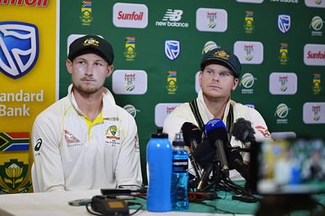Cameron Bancroft (vas.) ja Australian kapteeni Steve Smith lehdistötilaisuudessa.