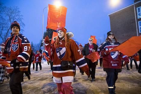 IFK:n fanit ovat uskollisia kiertämään myös joukkueen vieraspeleissä kuten Tampereen ulkoilmaottelussa.