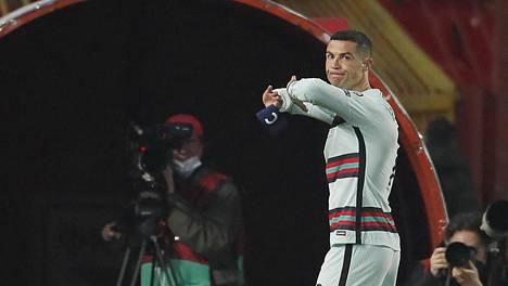 Cristiano Ronaldo paiskasi kapteeninnauhan maahan ennen kuin meni pelaajatunneliin viime lauantaina.