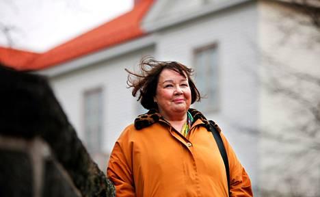 Kirjailija Eeva-Kaarina Arosen hurmaavassa romaanissa on viljalti hauskaa, mutta sen aiheisto myös liikuttaa.