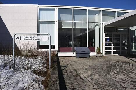 Jyväskylän yliopiston fysiikan laitos sunnuntaina päivällä.