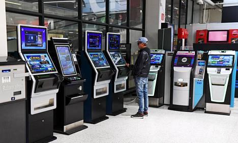 Veikkauksen rahapeliautomaatteihin on tulossa pakollinen tunnistautuminen tammikuussa 2021. Kokeilu alkaa jo 2020 lokakuussa.
