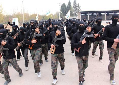 Islamistiseen Ahrar al-Sham -järjestöön kuuluvat tuoreet taistelijat marssivat valmistujaisissaan harjoitusleirillä Damaskoksen lähellä marraskuussa.