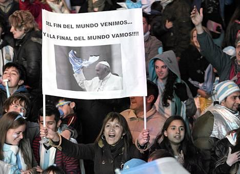 Argentiinan jalkapallojoukkueen fanit juhlivat keskiviikkona ottelun voittoa Buenos Airesissa. Osalla oli mukana kuvia jalkapallofanaatikko paavi Franciscuksesta.