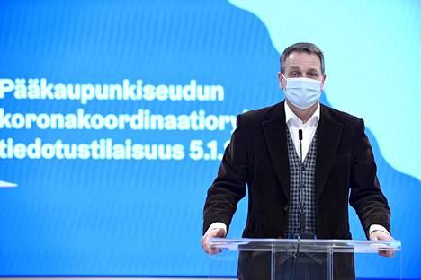 Helsingin pormestari Jan Vapaavuori pääkaupunkiseudun koronakoordinaatioryhmän tiedotustilaisuudessa epidemiatilanteesta ja linjauksista liittyen voimassa oleviin rajoituksiin ja suosituksiin 5. tammikuuta.