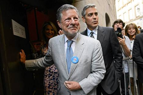 Charles C. Adams Jr. (vas.) osallistui presidentti Obaman kampanjatilaisuuteen yhdessä näyttelijä George Clooneyn kanssa Genevessä elokuussa 2012.