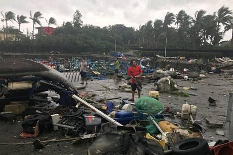 Hirmumyrskyn tuhoja taiwanilaisessa Shang Wun kalastussatamassa lauantaina.