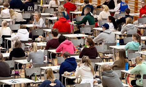 Mäkelänrinteen lukion abiturientit valmistautuivat aloittamaan ylioppilaskokeen keväällä 2013.
