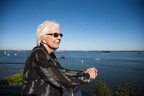 Rae Armantrout kuuluu kielirunouden koulukunnan perustajiin.