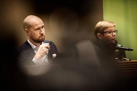 Touko Aallon mukaan vihreiden hyvä gallup-menestys ei vaikuta puolueen oppositiopolitiikkaan syksyllä, vaan linja jatkuu samana kuin tähänkin asti. Oikealla on eduskuntaryhmän puheenjohtaja Krista Mikkonen.