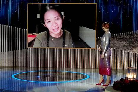 Chloé Zhao otti vastaan parhaan ohjaajan palkinnon elokuvasta Nomadland etäyhteyksin toteutetussa Golden Globe -gaalassa.
