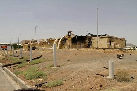 Iranin atomienergiajärjestön julkaisema kuva varastorakennuksesta, joka on osin tuhoutunut tulipalon takia.