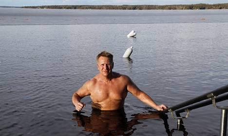 """Olli Lindholmia pitää kiireisenä muun muassa jokapäiväinen pulahtaminen avantoon Tampereen Kaupinojan saunalla. Sieltä hän on löytänyt myös ystävänsä, joita on portsareista lääkäreihin. """"Heitä on kiva kuunnella. Ihmiset ovat poikkeuksellisen kivoja."""""""