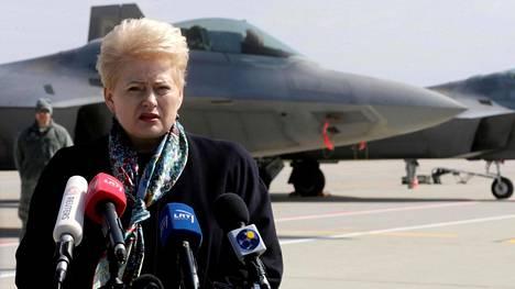 Liettuan presidentti Dalia Grybauskaite puhui amerikkalaisten F-22-hävittäjien edessä Šiauliain ilmatukikohdassa keskiviikkona.