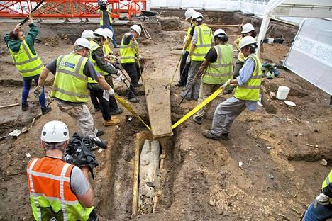 Leicesterin yliopiston arkeologit nostavat kaksoisarkkua Greyfiarsin kaivauspaikalla maanantaina.