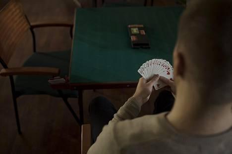 Bridgeä pelataan tavallisella korttipakalla. Jokaiselle neljälle pelaajalle jaetaan 13 korttia.