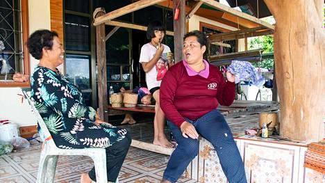 """Athitaya """"Jom"""" Srisamor (oik.) ja muut thaimaalaiset marjanpoimijat odottavat, pääsevätkö he Suomeen koronakriisin vuoksi. Thaimaalaiseen tapaan Jom huolehtii miehensä kanssa vanhemmistaan ja tyttärestään Ungkana Srisookista. Kuvassa myös hänen veljenpoikansa Thanya Sanpakdee."""